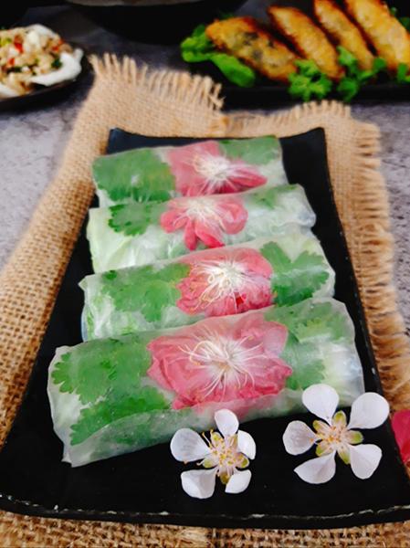 Gỏi cuốn hoa đào rất thích hợp trong những ngày Tết nguyên đán bởi hoa đào có sẵn. Ảnh: Bùi Thủy.