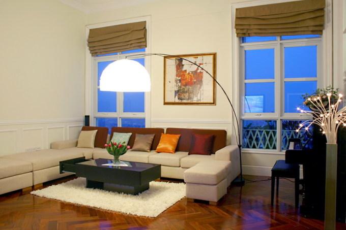 Việc thay đổi tranh, ảnh, thảm, bình hoa, vỏ gối... rất đơn giản cho một không gian phòng sinh hoạt chung nhưng có hiệu quả làm mới cho góc cũ. Ảnh: Hà Thành.