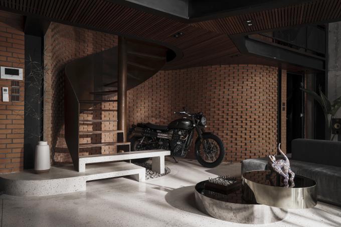 Chiếc mô tô trở thành vật trang trí cho căn nhà. Ảnh: Đỗ Sỹ.
