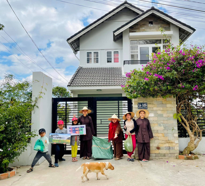 Diem's ​​family lives in seclusion in Da Lat every time she returns to Vietnam.  In the photo, members of her family go out to clean the pine hill park in front of her house.  Photo: Diem Loving Heart Nguyen.