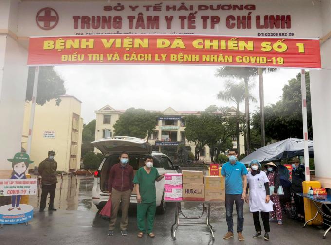 Ông Ngô Anh Tuấn - Đại diện quỹ Hy Vọng - trao quà của độc giả báo VnExpress và nhà tài trọ cho Trung tâm y tế thành phố Chí Linh. Ảnh: Xuân Tú.
