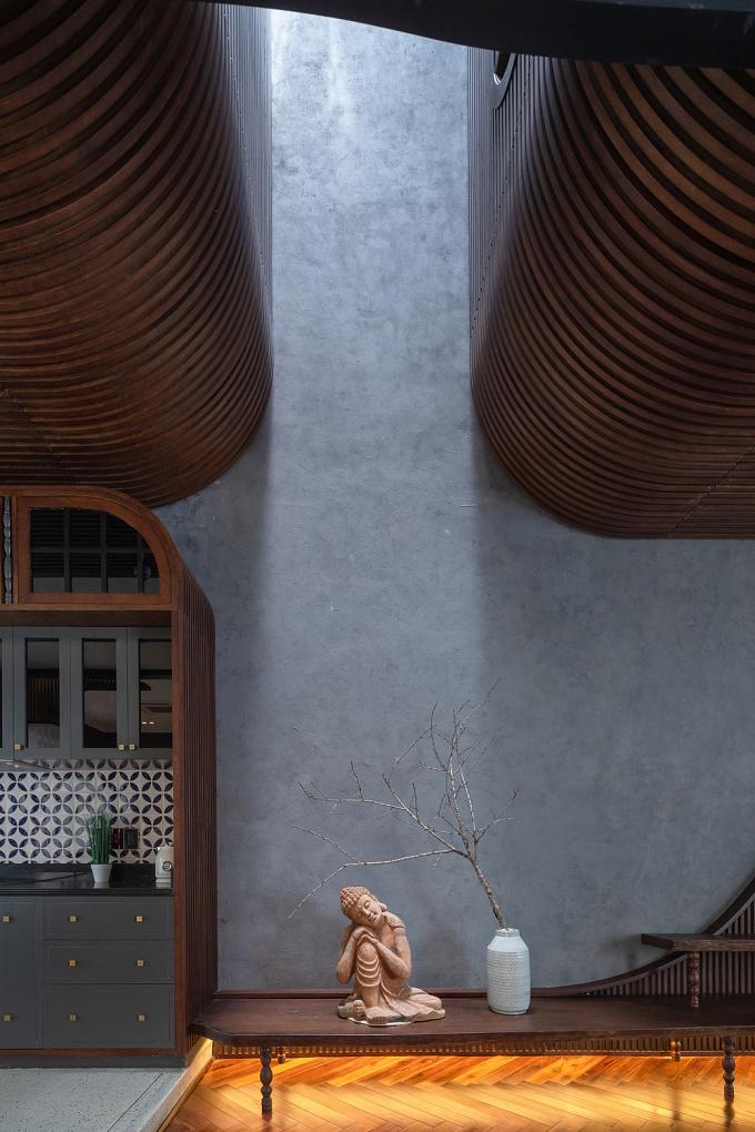 Tượng Phật nằm ngay dưới khoảng thông tầng là điểm nhấn đặc biệt ở phòng khách. Ảnh: Đỗ Sỹ.