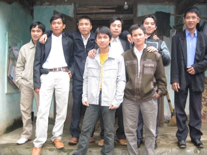 Bức ảnh chụp các thanh niên trong khối I dịp Tết Nguyên Đán 2009 tại nhà Mão Mèo. Các thanh niên trong ảnh hiện tại đều đã có gia đình, con cái, chỉ mỗi Mão Mèo (hàng dưới, ở giữa) còn độc thân. Ảnh: Nhân vật cung cấp.
