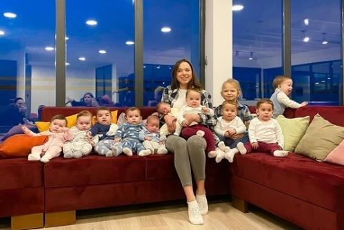 Những đứa trẻ trào đời nhờ mang thai hộ. Ảnh: Batumi_mama.