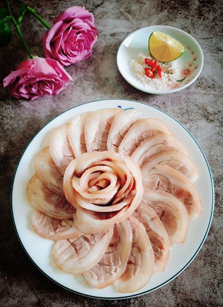 Người ta thường ăn thịt chân giò luộc cùng cơm hoặc ăn kèm với món bún đậu. Ảnh: Bùi Thủy.