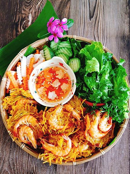 Không phải món ăn cao lương mỹ vị, nhưng bánh tôm Hồ Tây đã đi vào tiềm thức của bao thế hệ người dân Hà Nội. Ảnh: Bùi Thủy.