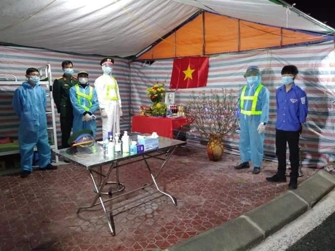 Các cán bộ, đoàn viên tham gia trực tại chối kiểm dịch đối diện khu công nghiệp Đại An, thị trấn Lai Cách trang trí Tết, chào năm mới tại nơi làm việc. Ảnh: Nhân vật cung cấp.