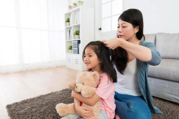 Học cách tỏ ra yếu đuối trước con là cách nuôi dạy khôn ngoan, là quá trình cha mẹ có cái nhìn dài hạn và biết buông bỏ. Ảnh minh họa.