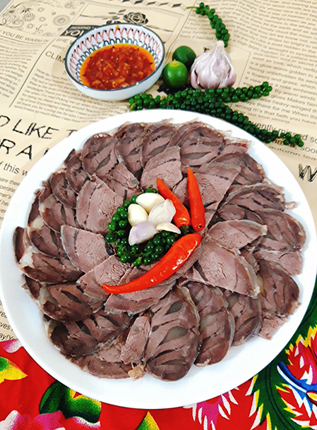 Bắp bò ngâm mắm được nhiều người yêu thích, không chỉ là món ăn vặt hấp dẫn mà bắp bò còn có thể ăn kèm cơm hay cuốn bánh tráng. Ảnh: Bùi Thủy.