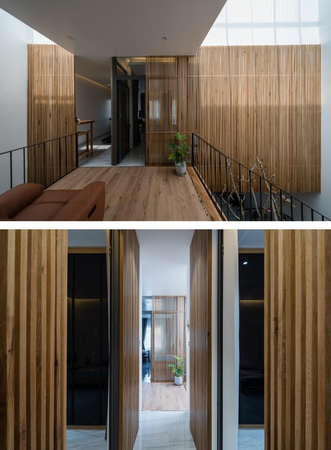Sảnh và thông tầng nằm giữa hai khối phòng ngủ trước và sau nhà. Ảnh: Quang Trần.