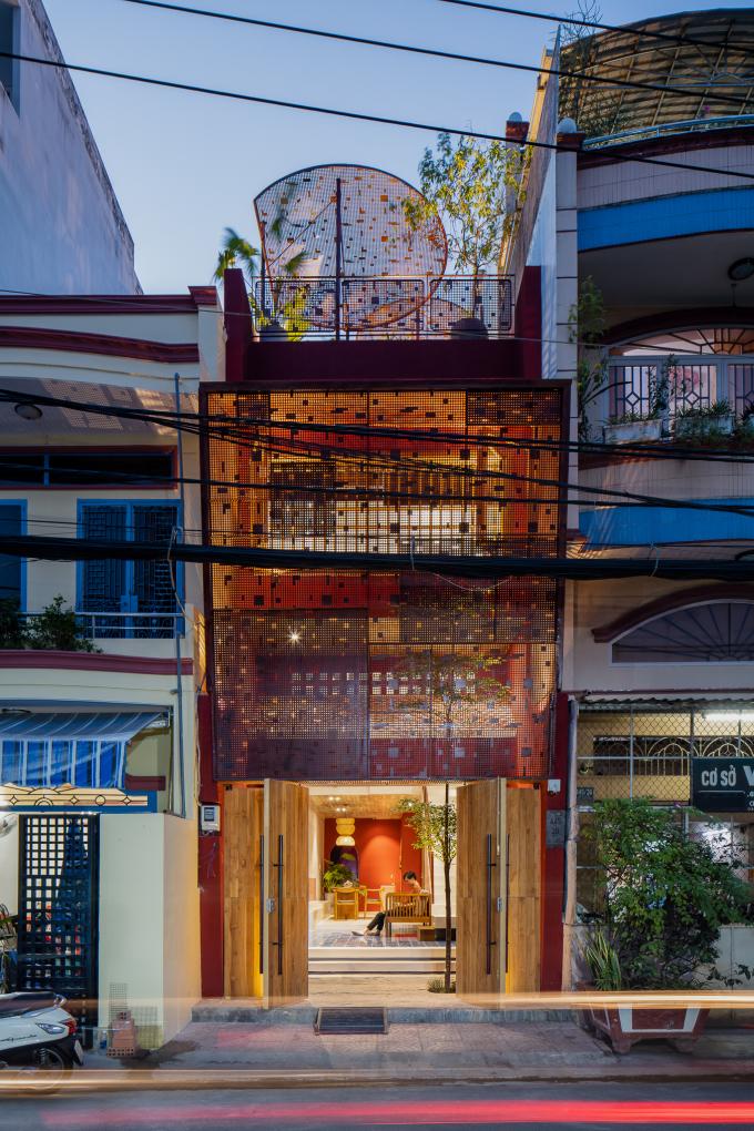 Căn nhà gây ấn tượng với màu đỏ của tường và khung thép. Ảnh: Quang Trần.