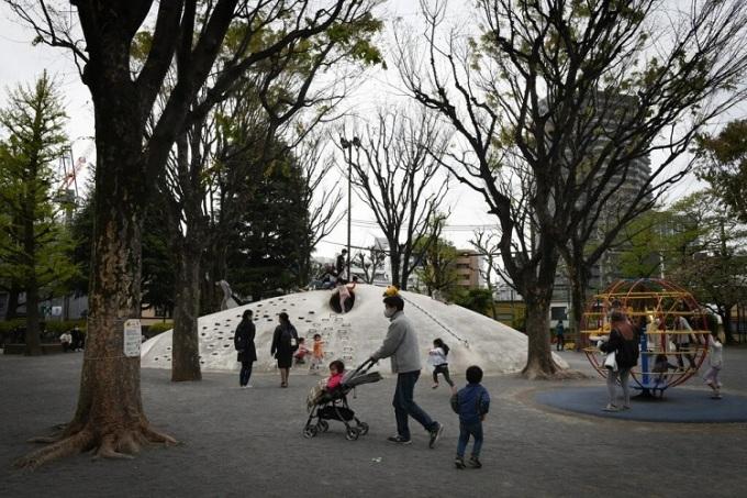 Một công viên ở Tokyo. Mặc dù một số khu vui chơi ở Nhật Bản đã bị đóng cửa trong tình trạng khẩn cấp, hầu hết các công viên vẫn mở cửa - và đông đúc.Ảnh: Noriko Hayashi cho The New York Times.