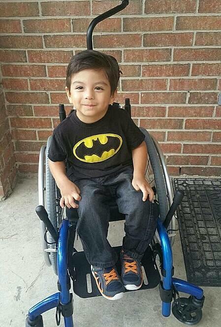 Cậu bé Michael bị bại não, không thể đi lại được. Ảnh: Theepochtimes.