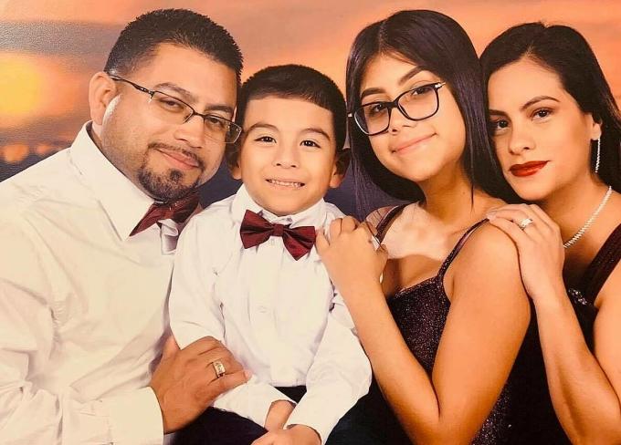 Cậu bé Michael và gia đình. Ảnh:Theepochtimes.