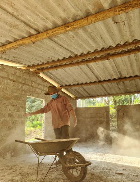 Nhị hàng ngày vệ sinh, khử trùng chuồng gà 2.000 con tại xã Quảng Thạch, huyện Quảng Trạch, tỉnh Quảng Bình. Ảnh:Nhân vật cung cấp.