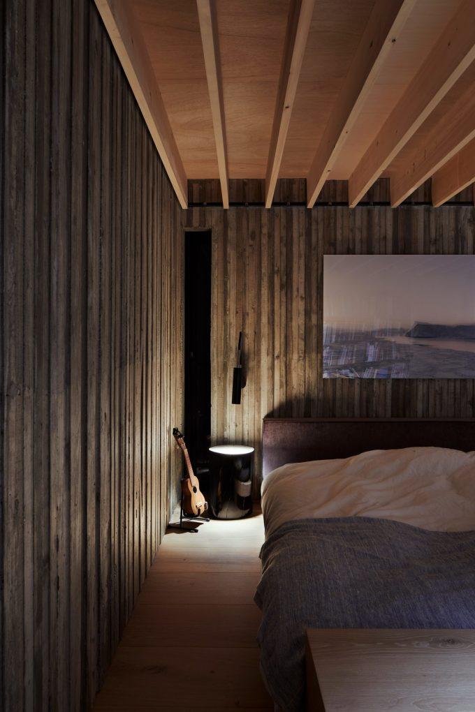 Phòng ngủ kết hợp giữa bê tông và gỗ. Ảnh: Toshiyuki Yano.