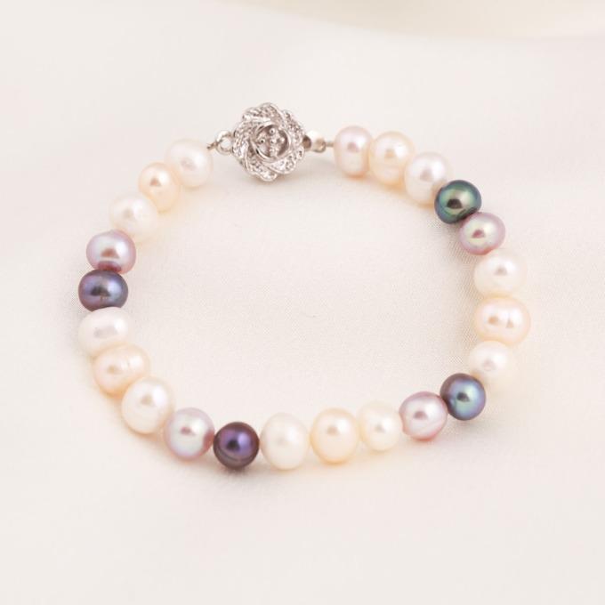 Vòng tay ngọc trai Opal BPT6-08 với những hạt trai tròn tông màu nhẹ nhàng, trang nhã như trắng, kem, hồng, tím... thích hợp với những nàng nữ tính. Khóa gài bằng bạc, cách điệu hình hoa, tạo điểm nhấn nổi bật cho sản phẩm. Vòng tay có giá giảm đến 46% còn 350.000 đồng (giá gốc 650.000 đồng).