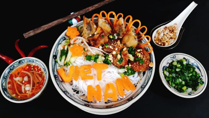 Bún thịt nướng có thể dùng làm điểm tâm, bữa chính hay giữa bữa đều phù hợp, rất ngon và hấp dẫn. Ảnh: Bùi Thủy.