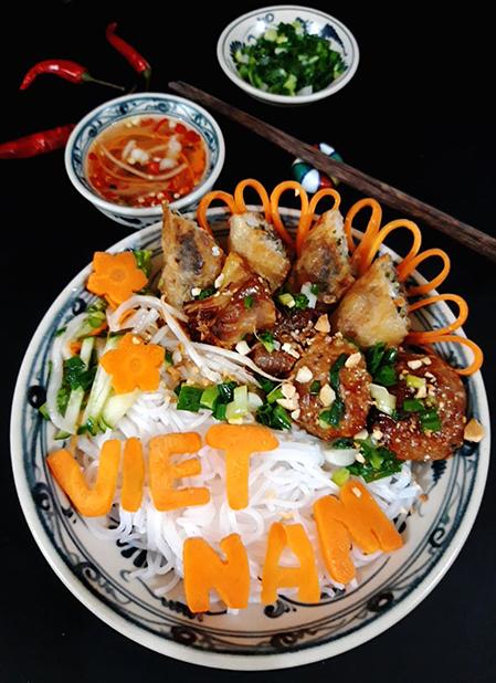 Sự kết hợp giữa rau củ tươi mát, thịt nướng thơm lừng với nước mắm pha chua ngọt được hòa quyện trong từng sợi bún đã tạo nên một nét đặc trưng riêng cho món Bún thịt nướng. Ảnh: Bùi Thủy.