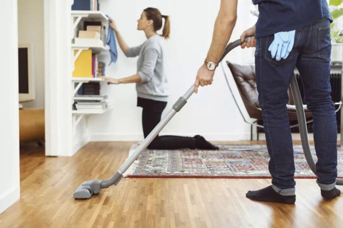 Phân công càng rõ ràng và tách bạch sẽ càng tốt cho cả hai vợ chồng. Ảnh: Goodhousekeeping.