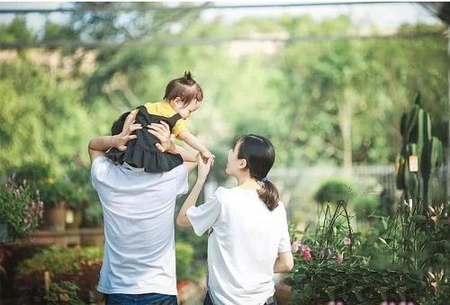 Những đứa trẻ con một được cha mẹ yêu chiều lúc bé, nhưng gánh trách nhiệm nặng nề khi lớn lên. Ảnh minh họa: QQ,