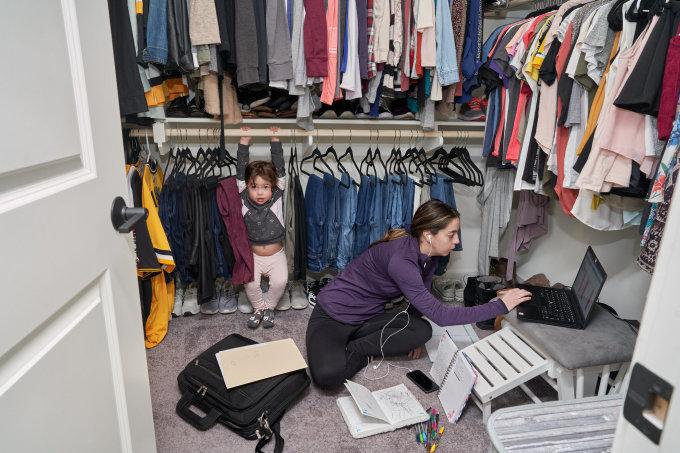 Đại dịch đã khiến gánh nặng của các bà mẹ Mỹ tăng gấp nhiều lần do vừa phải lo chăm con cái, việc nhà vừa phải đảm bảo công việc để có thu nhập. Ảnh: New York Times.
