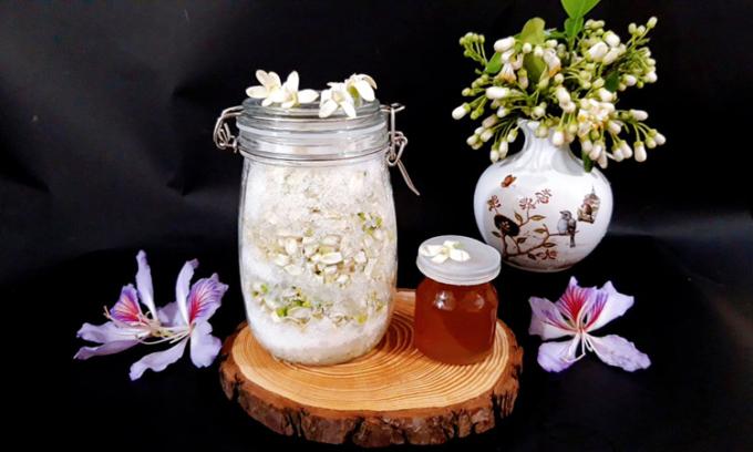 Hoa bưởi có thể dùng để chế biến thành nhiều món ngon như: Mía ướp hoa bưởi, ướp trà, làm siro tinh dầu hoa bưởi để quanh năm nấu chè, ăn kèm tào phớ hay một lọ mật ong hương hoa bưởi giải cảm, pha trà... Ảnh: Bùi Thủy.