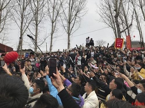Đám đông blogger và ngồi nổi tiếng kéo đến làng. Ảnh: Handout.