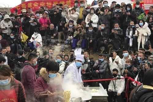 Cheng Yunfu - được người hâm mộ đặt biệt danh là Ramen Brother, tại một khu chợ nông thôn ở quận Phí, tỉnh Sơn Đông, miền đông Trung Quốc. Ảnh: Handout.