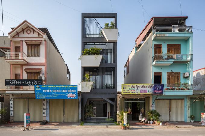 Mặt tiền căn nhà khác lạ so với những công trình xung quanh.