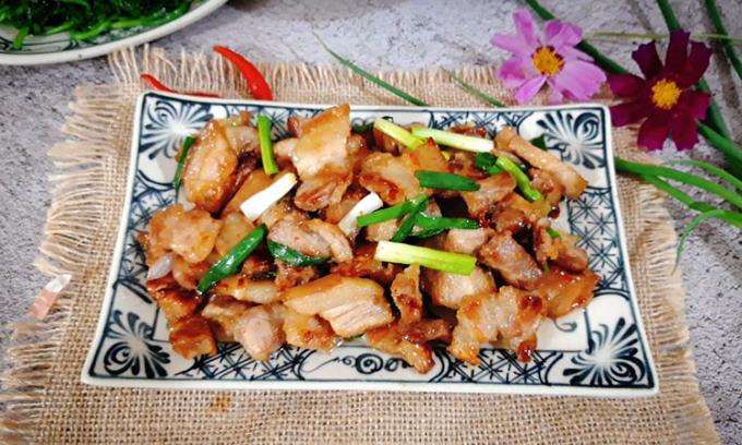 Thịt rang cháy cạnh là một trong những món mặn rất đỗi quen thuộc lại thơm ngon, đậm vị trong mâm cơm nhiều gia đình Việt. Ảnh: Bùi Thủy.