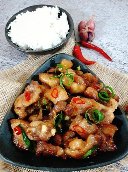 Thịt rang cháy cạnh được xem là món ăn bình dân, chi phí rẻ với những nguyên liệu không thể đơn giản hơn. Ảnh: Bùi Thủy.