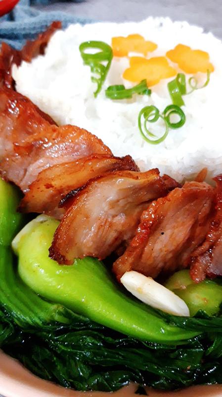 Thịt xá xíu có màu đẹp, ăn đậm đà ngon miệng với sự hài hòa của nhiều loại gia vị. Món thịt này có thể ăn với cơm, bánh mì, mì tôm, mang đi làm ăn trưa rất tiện. Ảnh: Bùi Thủy.