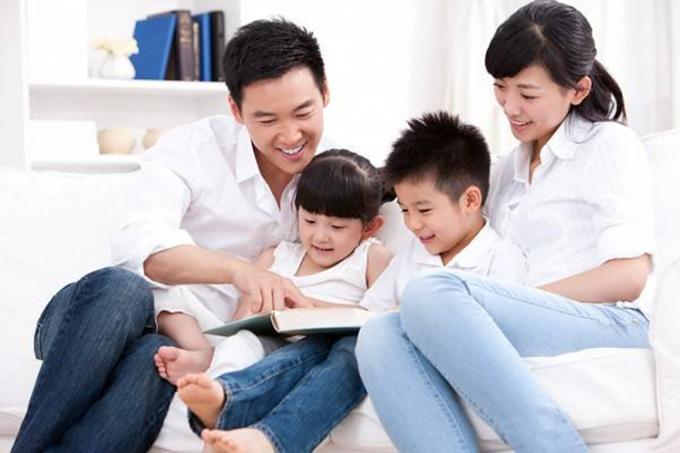 Điều trẻ mong muốn nhất là được rúc trong vòng tay của bố mẹ, làm nũng và nghe kể chuyện, cùng nhau vui đùa. Ảnh minh họa.