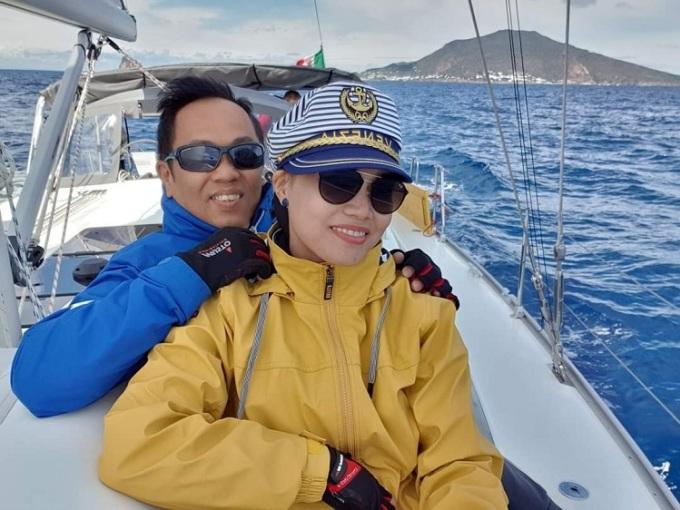 Chị Vân và chồng ở hiện tại. Nếu không vì dịch bệnh,mỗi năm vào dịp hè, anh đều dẫn vợ đi lái thuyền buồm khoảng 1 tuần đến 10 ngày ở các hòn đảo đẹp của Ý, Tây Ban Nha hoặc Hi Lạp... Ảnh: Nhân vật cung cấp.