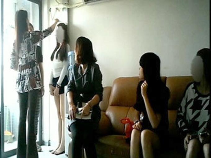 Một số nữ sinh tại Quảng Châu được kiểm tra sức khỏe, đo chiều cao cân nặng trước khi bán trứng. Ảnh: qq.