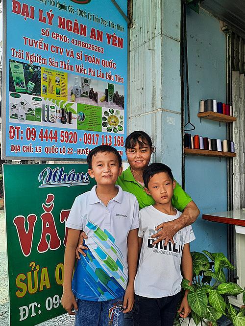 Kim Ngân cùng hai con trước cửa tiệm ngày khai trương. Ảnh: Diệp Phan.