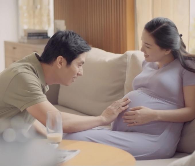 Cha mẹ thường xuyên nói chuyện cùng con trong giai đoạn mang thai làm tăng sợi dây kết nối. Ảnh: Similac.