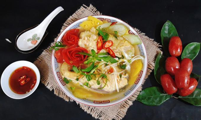 Là món canh truyền thống của người Nam bộ, mang vị chua ngọt đậm đà nhưng không bị bốc mùi tanh của cá, có sự hòa quyện của thịt cá và các loại rau dân dã, thích hợp ăn nóng kèm với cơm trong bữa ăn hàng ngày. Ảnh: Bùi Thủy.