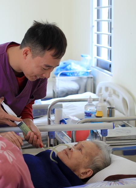 Mẹ ông Thanh năm nay 91 tuổi, sống trong viện dưỡng lão 8 năm. Khoảng 3 năm nay cụ phải ăn xông. Ảnh: Phan Dương.