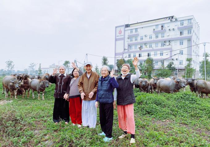Bà Dành (ngoài cùng phải) cùng các bạn già trong viện dưỡng lão một buổi chiều đầu tháng 3/2021. Ảnh: Diên Hồng.