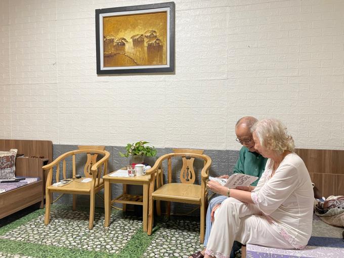 Không gian sống của ông Thọ và bà Tú tại viện dưỡng lão. Trong ảnh cụ Thọ khoe cuốn sổ tập hợp những bức tranh cuộc đời được cụ phác họa lại trong 2 tháng trước khi vào viện dưỡng lão. Ảnh: Phan Dương.
