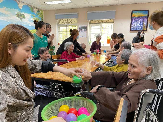 Những trò chơi giúp các cụ rèn luyện mắt, tay và được giao lưu cộng đồng - yếu tố quan trọng với người cao tuổi. Ảnh: Phan Dương.