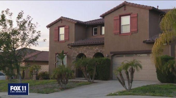 Ngôi nhà của Tracie và Myles đã bán nhưng chủ cũ không chịu đi. Ảnh: Fox11.
