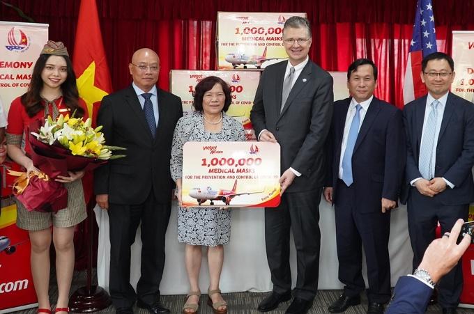 Chủ tịch HĐQT Vietjet Nguyễn Thanh Hà trao tặng một triệu khẩu trang cho Đại sứ Mỹ Daniel Kritenbrink tại Hà Nội. Ảnh: Vietjet.