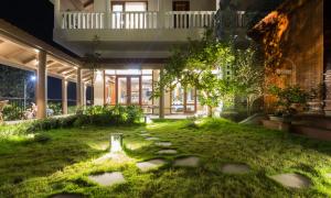 27 228 1617075322 2467 1617076254 - Ngôi nhà có sân vườn được 'cẩu' lên tầng hai