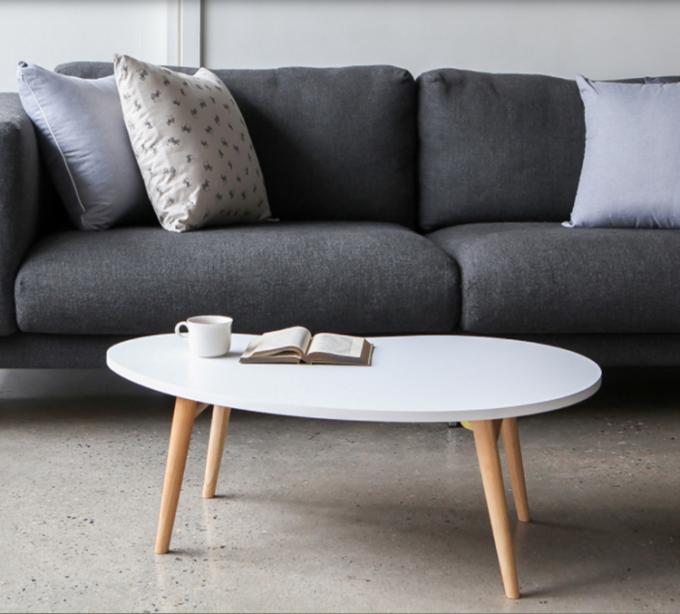 Bàn trà sofa theo phong cách Bắc Âu với mặt bàn hình hạt đậu, chiều dài lớn nhất là 90cm, chiều rộng lớn nhất là 60 cm. Bàn cao 42 cm. Mặt bàn bằng gỗ MDF phủ melamin., Chân bằng gỗ sồi tự nhiên, có thể gấp gọn, thuận tiện cho vận chuyển lưu trữ. Ngoài làm bàn trà, bàn phù hợp làm bàn ăn, bàn đọc sách... tùy mục đích người dùng. Sản phẩm đang được ưu đãi 24% còn 358.000 đồng.
