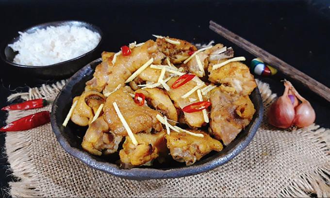 Theo thời gian, gà rang gừng vẫn luôn chiếm vị trí ưu tiên trong mâm cơm hàng ngày của mỗi gia đình Việt Nam. Ảnh: Bùi Thủy.