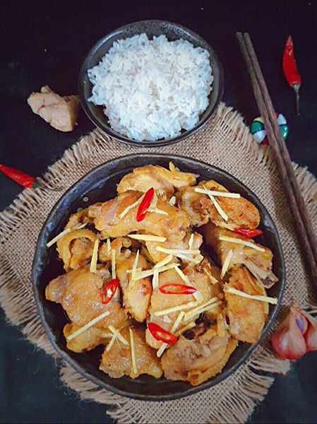 Thịt gà bên ngoài săn lại, bên trong mềm mà không bở, nước sốt đậm đà quyện với mùi gừng và hành thơm rất đưa cơm. Ảnh: Bùi Thủy.