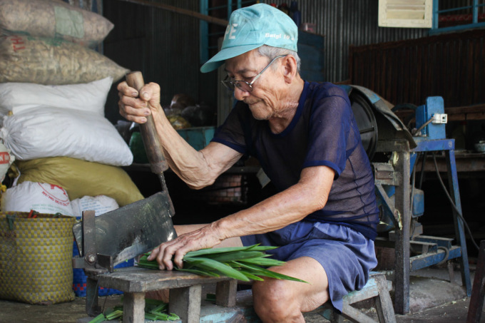 Hon Hon is cutting herbal plants brought in by the local people on the afternoon of March 24.  Photo: Diep Phan.